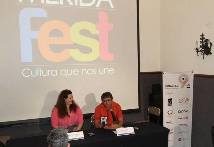 Irving Berlín Villafaña. director de Cultura del Ayuntamiento, con la maestra María Teresa Cordeiro Mejía, directora general de la Conaimuc, durante el anuncio del Programa Paralelo 9MX. (Cortesía)