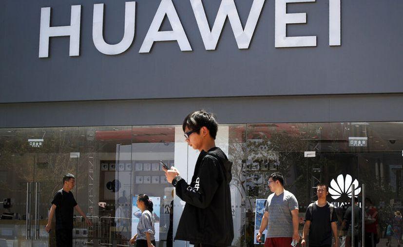 Huawei descartó utilizar un sistema operativo propio en sus smartphones; continuará con Android. (AP/Andy Wong)