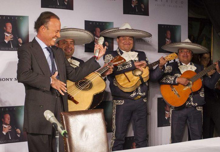 Al presentar en México su disco México, el cantante español Julio Iglesias anunció que no grabará ningún álbum más. (Notimex)