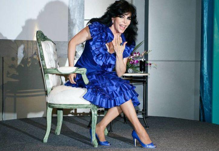 Verónica Castro tuvo que ser intervenida de urgencia debido a una lesión en un hombro. (azteca.com)