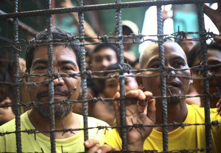Reos filipinos en la cárcel del distrito de Cotabato Norte, en la ciudad de Kidapawan, en la provincia de Cotabato, en el sur de Filipinas, tras una fuga masiva, el 4 de enero de 2017. (AP)
