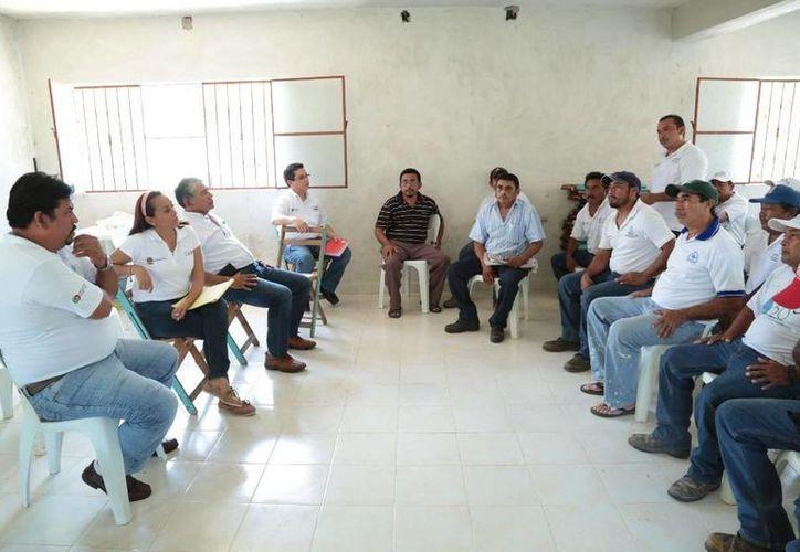 La directora de la operadora dialogó con los trabajadores. (Manuel Salazar/SIPSE)