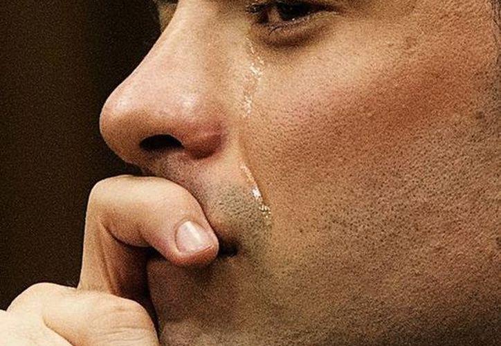Una lágrima recorre una mejilla de Pistorius durante el juicio que se le sigue por matar a balazos a su novia. (Agencias)