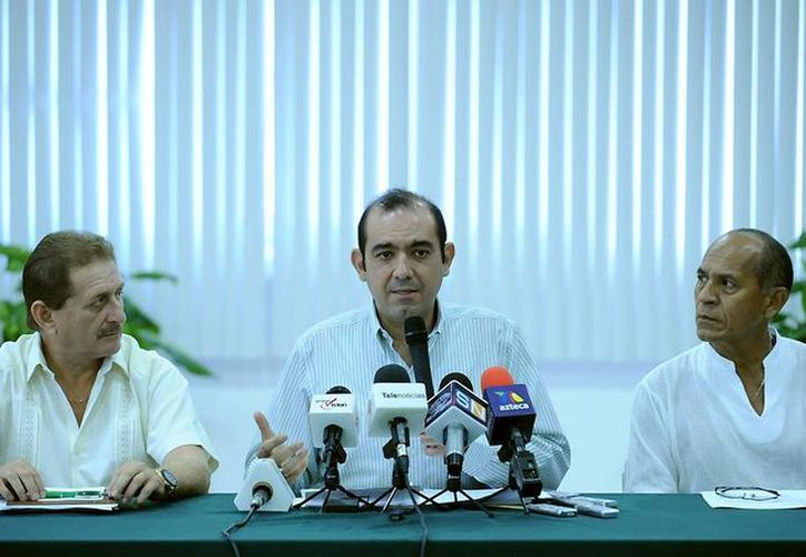 Según Cervera Hernández (c) la 'veda permanente' del pepino de mar terminará cuando concluyan los estudios sobre el molusco. (Cortesía)