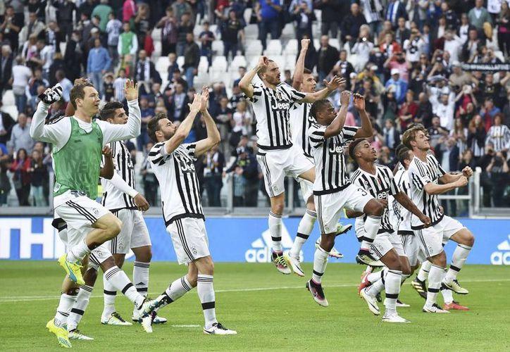 Juventus amarró el campeonato, tras la derrota del Napoli a manos de la roma, resultado que deja a los napolitanos a 12 puntos de los juventinos, a falta de tres jornadas.(AP)