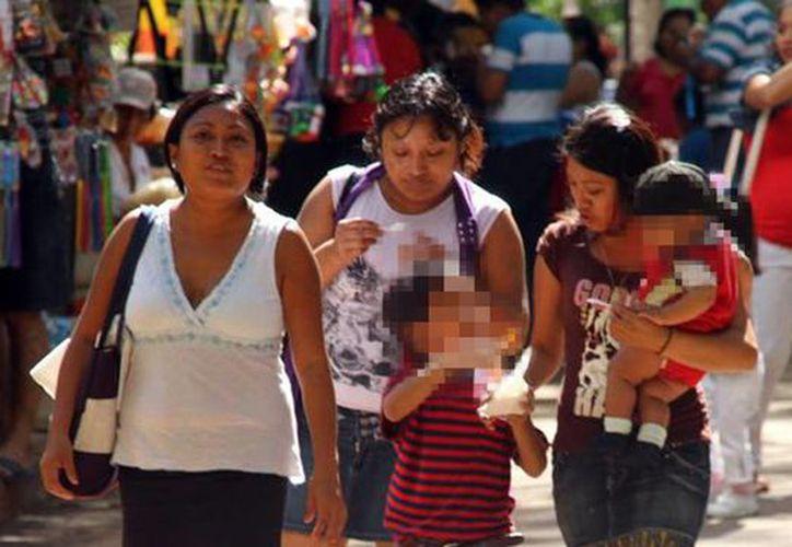 La mujer, clave en la economía de los hogares mexicanos. Imagen de unas mujeres caminando por el centro de Mérida. (Milenio Novedades)