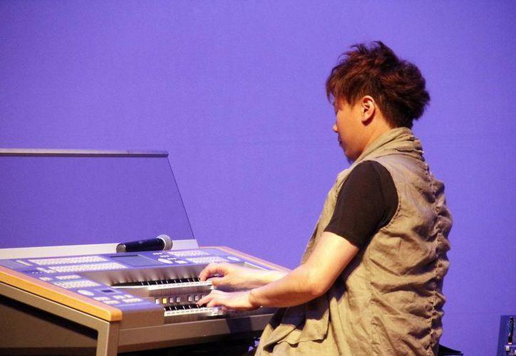 El organista y compositor interpretó reconocidos temas y mostró su dominio del órgano Electone. (Juan Albornoz/SIPSE)