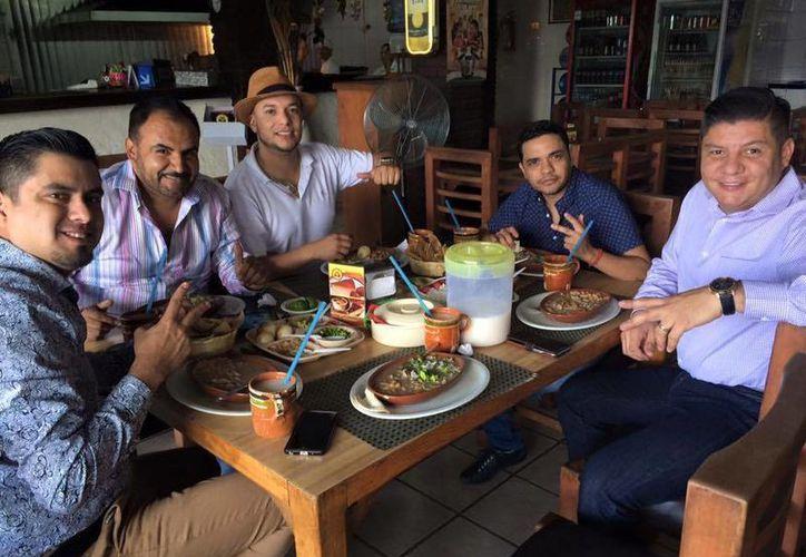 La Original Banda Limón de Salvador Lizárraga se encuentra de estreno por el próximo lanzamiento de su nuevo material <i>El mayor de mis antojos</i>, en imagen los integrantes de la banda disfrutando de un almuerzo.(Facebook)