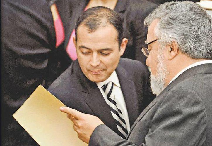Alejandro Encinas fue uno de los que presentó la iniciativa; aquí con Ernesto Cordero. (Milenio)