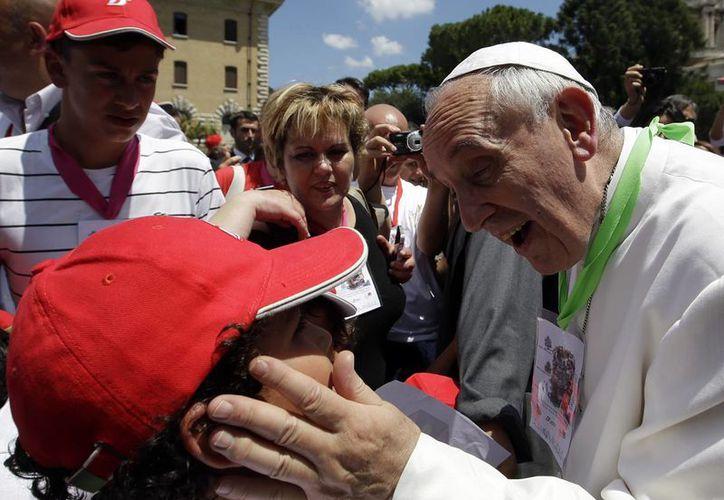 El Papa saludó a la multitud congregada en la Plaza de San Pedro. (Agencias)