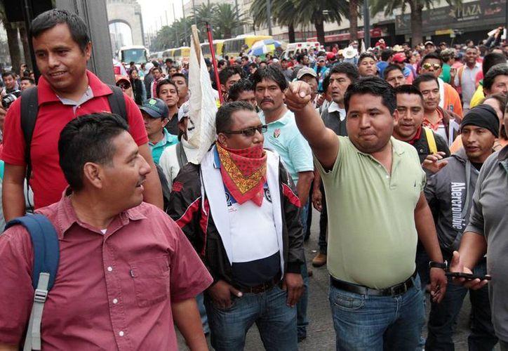 Imagen de una protesta de los integrantes de la Coordinadora Nacional de Trabajadores de la Educación (CNTE) en la avenida Paseo de la Reforma, en el centro de la capital del país. El grupo radical de Los Pozoleros son los encargados de impedir la labor de los periodistas y causar destrozos a su paso. (Archivo/Notimex)