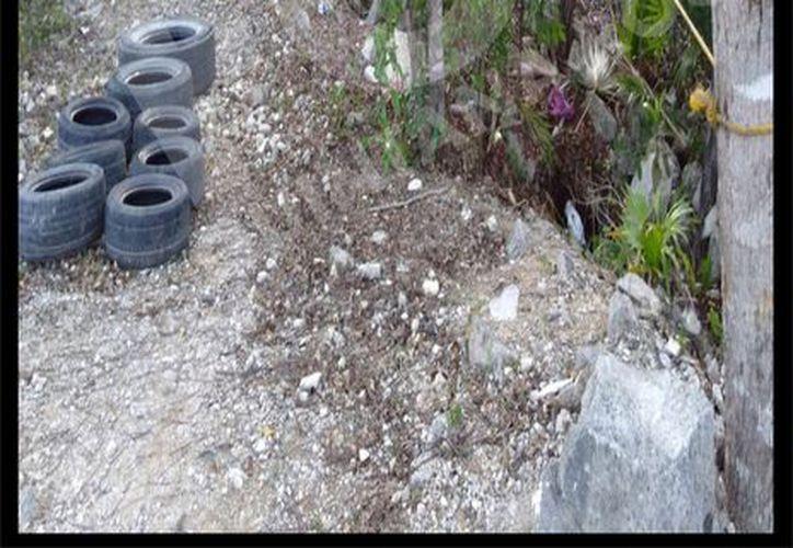 En el terreno, donde se encuentra una casa en construcción, los agentes policíacos hallaron una presunta pista de adiestramiento. (Foto: Redacción)