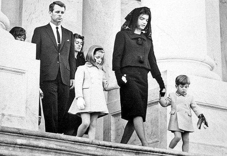 La familia Kennedy, encabezada por Jacqueline, sus pequeños hijos y su cuñado Robert, al salir del Capitolio. (Reuters)
