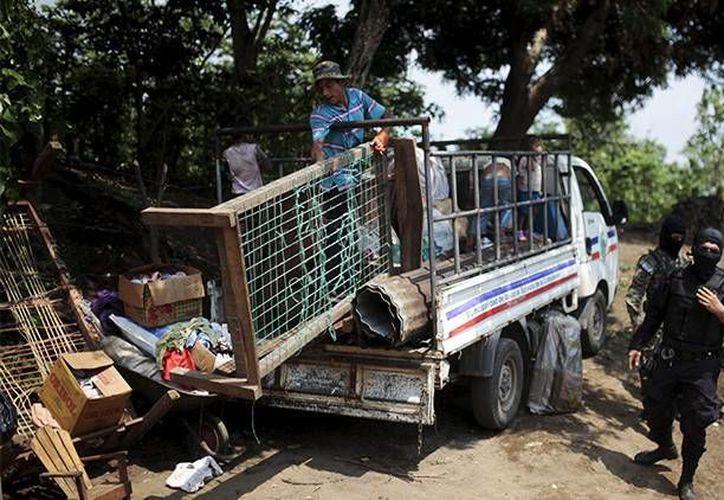 Habitantes del pueblo de Tunalmiles, en El Salvador, abandonan sus viviendas amenazados por la Mara Salvatrucha. (Reuters)