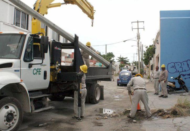 La CFE exhortó a la población a bajar el sistema eléctrico en caso de inundación al interior de los hogares. (Tomás Álvarez/SIPSE)