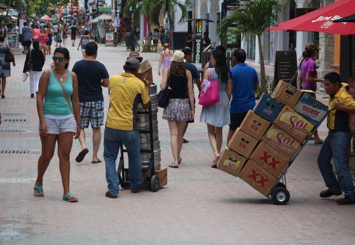 Es común ver la zona centro congestionada de vehículos estacionados en avenidas muy estrechas. (Foto: Adrián Barreto/SIPSE)