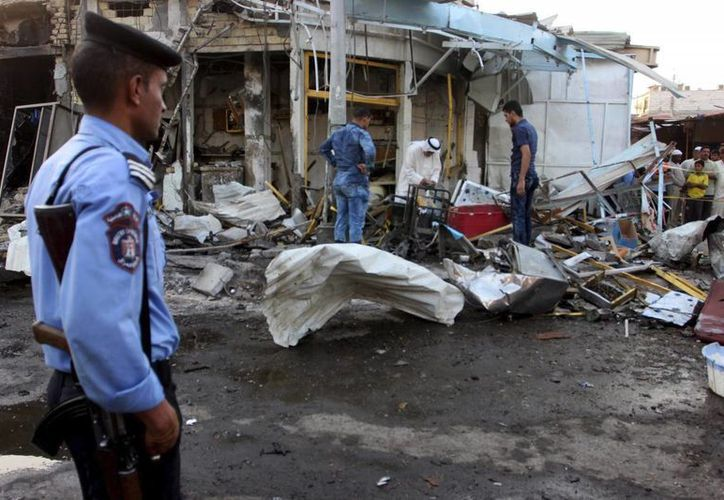 Un policía iraquí observa el lugar de un atentado con coche bomba, en la localidad de Al Zubair, en la provincia de Basora, Irak. (EFE/Archivo)
