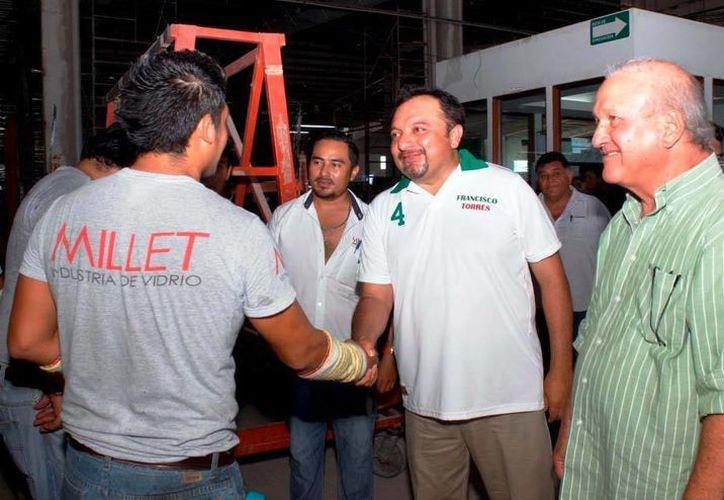 Panchito Torres (de frente, primer plano) salud a trabajadores de una empresa que fabrica vidrio s y espejos. (Milenio Novedades)