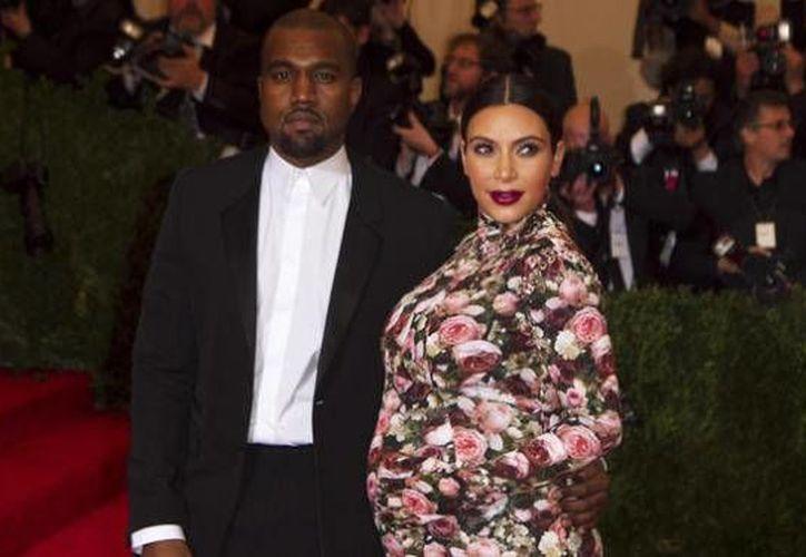 La socialité Kim Kardashian posa junto a su marido, el rapero Kanye West. Kardashian afrima que en aproximadamente siete meses de embarazo ha subido 24 kilos, lo que le incomoda. (Archivo EFE)