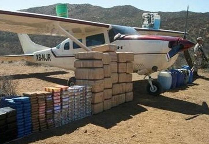Imagen de la avioneta decomisada junto con la carga ilegal también asegurada. No hubo detenidos. (Milenio)