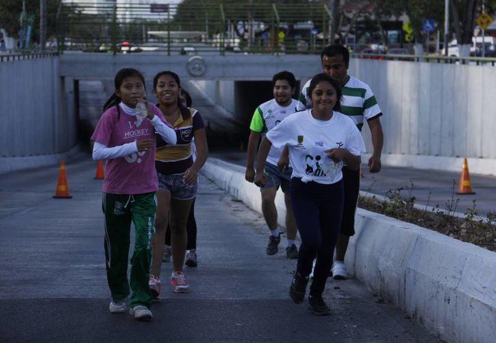Gente de todas las edades se unió a la caminata incluida en la Carrera Atlética el IDEY. (Juan Albornoz/SIPSE)