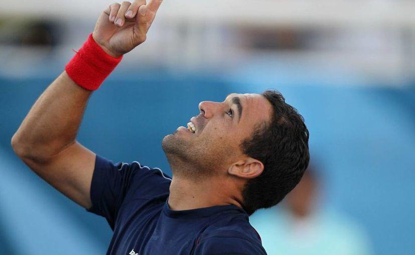 Víctor Estrella se rompió un cartílago de un codo en septiembre de 2012. Desde entonces su ascenso en el tenis ha sido prodigioso. (Foto: AP)