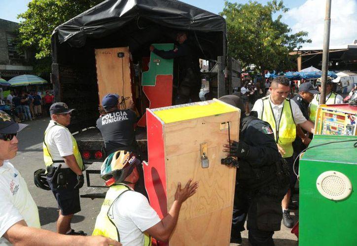 Un total de 113 minicasinos fueron decomisados por la Policía Municipal de Mérida tan solo este martes. (Fotos Jorge Acosta/SIPSE)