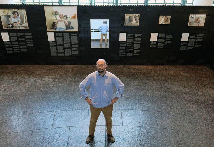 El fotógrafo Andrew George y su exhibición <i>Justo antes de morir</i> en el Museo de la Tolerancia en Los Ángeles en donde se muestran imágenes de personas que sufren de enfermedades graves. (AP/Richard Vogel)
