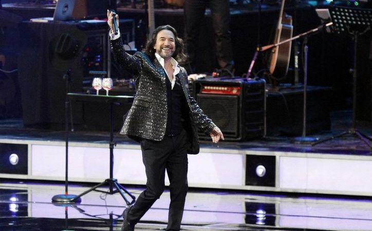 El 'Buki' festejó sus cuatro décadas de trayectoria artística con un concierto en Los Angeles, ante un poco más de 20 mil asistentes. (Notimex)