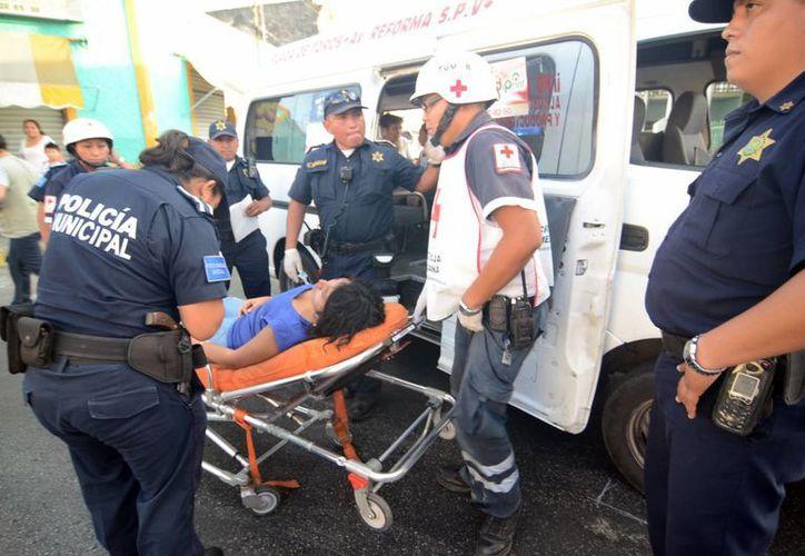 La pasajera de una Urvan salió disparada de la unidad tras una colisión. (Cuauhtémoc Moreno/SIPSE)