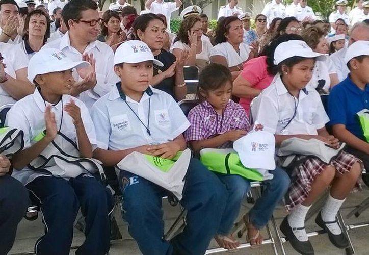 Los niños durante la ceremonia de premiación  en la IX Zona Naval de Yucalpeten. (Cortesía)