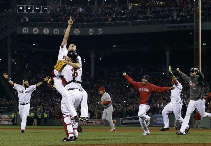 Jugadores de Boston celebran al conquistar el título de Serie Mundial la noche del miércoles. (Agencias)