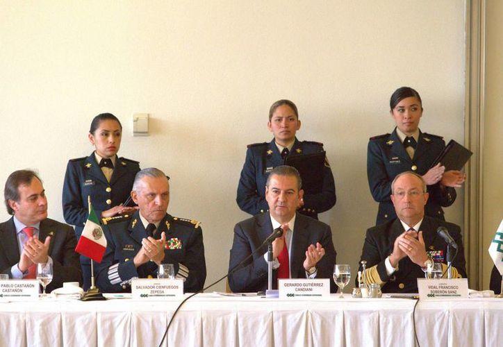 Semar y Sedena firmaron este lunes un convenio de colaboración con empresarios, quienes se dijeron preocupados por la situación violenta en estados como Tamaulipas y Morelos. (Notimex)
