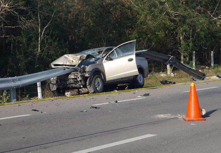 Un automovilista falleció este martes al impactarse contra la barrera de contención en la vía Telchaquillo - Tekit. (SIPSE)