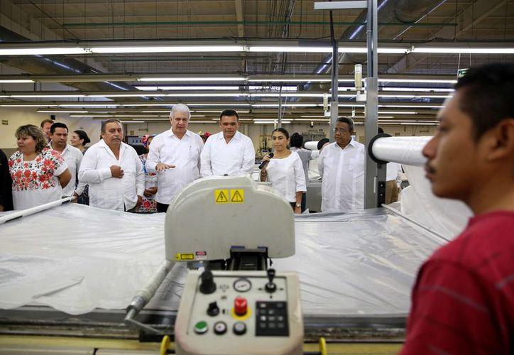 A lo largo de esta semana el gobernador Rolando Zapata Bello ha realizado diversas actividades. La imagen es la inauguración de una nueva maquiladora. (SIPSE)