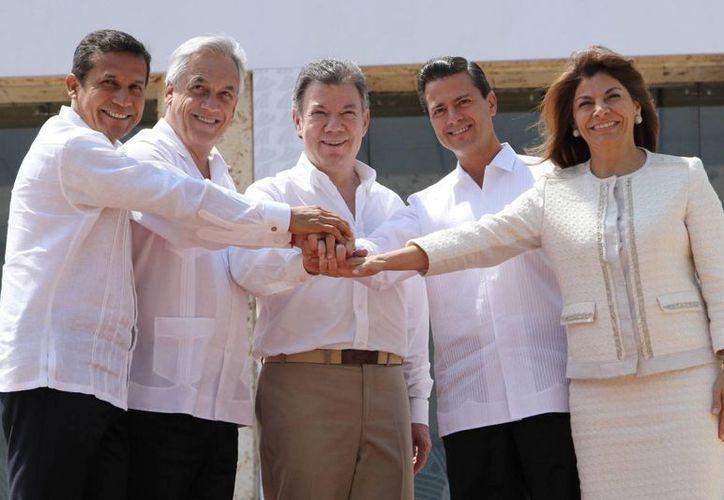 De izquierda a derecha, los presidentes Ollanta Humala (Perú), Sebastián Piñeira (Chile), Juan Manuel Santos (Colombia), Enrique Peña Nieto (México) y Laura Chinchilla (Costa Rica) durante la cumbre de la Alianza del Pacífico, en Cartagena. (Notimex)