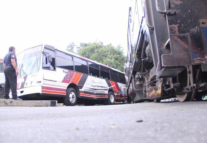 El chofer del autobús de Circuito Colonias desestimó la velocidad del tren y no pudo ganarle el paso. (José Acosta/SIPSE)