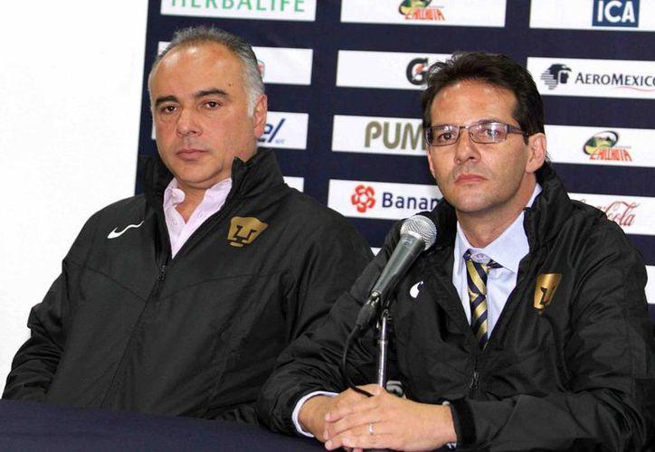 Para el vicepresidente deportivo de Pumas de la UNAM, Antonio Sancho (d), Memo Vázquez es el 'proyecto' de la institución. (Notimex)