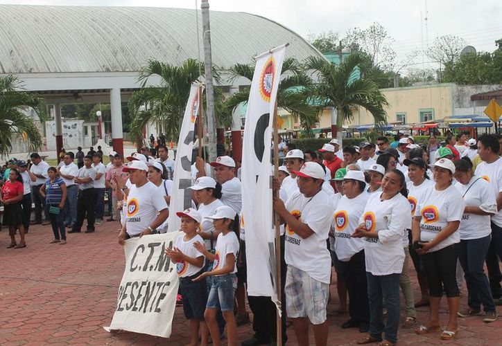El desfile finalizó en frente del Palacio Municipal. (Gloria Poot/SIPSE)