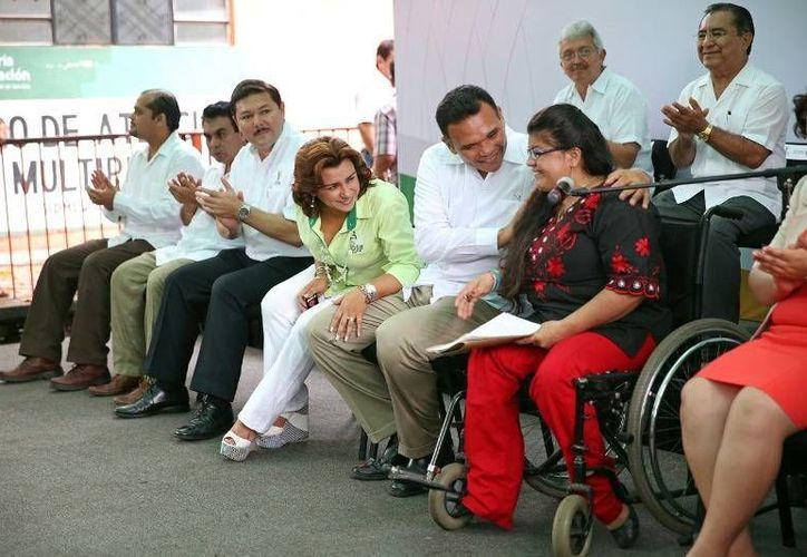 Ayer, el gobernador Rolando Zapata puso en marcha la Primera Jornada de Empleo para Personas con Discapacidad y Adultos Mayores, en las instalaciones del CREE. (Cortesía)
