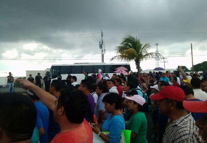 Un contingente de maestros bloqueó la salida a Mérida. (Twitter/@chilopez)
