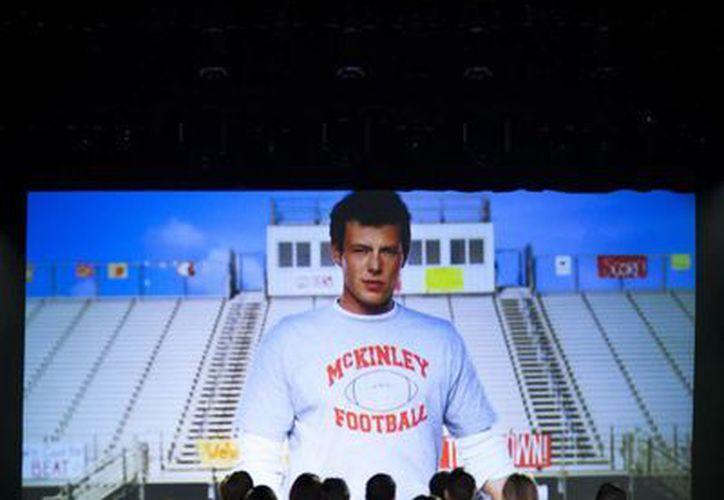 Los amigos de Finn durante el homenaje que le rinden en 'Glee'. (Agencias)