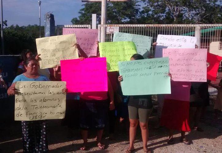 Los padres de familia y alumnos se manifestaron para  que sus peticiones sean escuchadas por alguna autoridad educativa. (Rossy López/SIPSE)