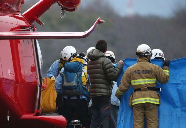 Los cuerpos de las víctimas fueron recuperados por un equipo de rescate. (AFP)
