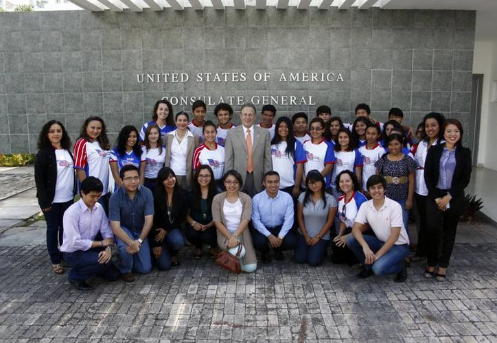 El embajador posa con los estudiantes de intercambio. (Christian Ayala/SIPSE)