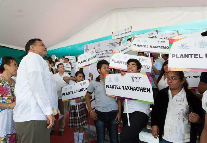 El gobernador Rolando Zapata Bello encabezó la inauguración de un Telebachillerato Comunitario Intercultural en Molas. (SIPSE)