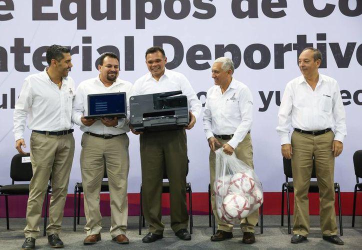 Durante la entrega de apoyos deportivos en el Polifórum 'Zamná', el gobernador Rolando Zapata subrayó que este año el presupuesto deportivo para Yucatán crecerá a más de 4 mdp. (Fotos cortesía del Gobierno de Yucatán)