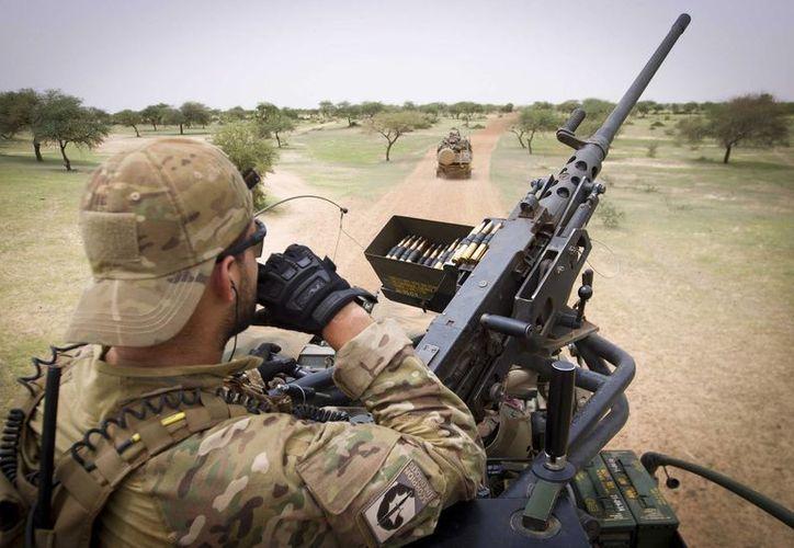 Miembros holandeses de los cascos azules patrullan la ciudad de Ansongo, en misión de paz en Mali. (EFE/Archivo)