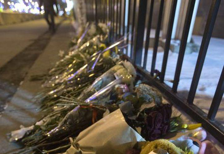 Hasta Moscú, Rusia, llegó el duelo por las víctimas del tiroteo en Connecticut: flores y juguetes yacen cerca de la embajada de EU en ese país. (Agencias)