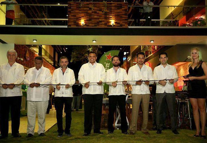 El Gobernador (c) inauguró la Plaza Mangus, ubicada  en Periférico Norte, cerca del City Center. (Cortesía)